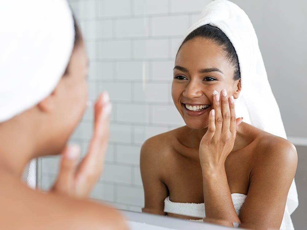 Pour avoir une peau saine: hydratez-la tous les soirs.
