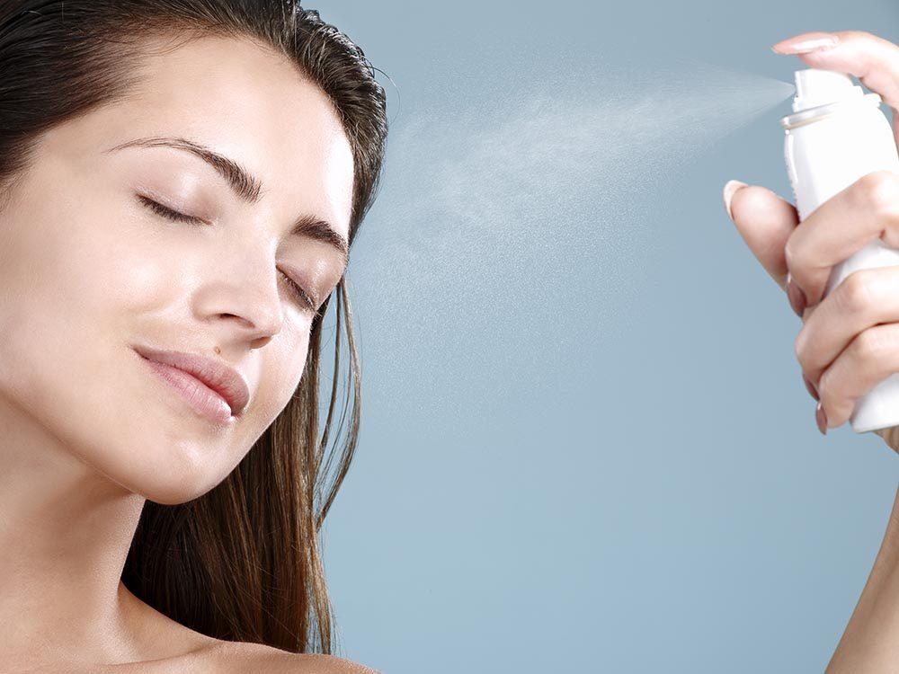 Pour avoir une peau saine: vaporisez votre visage avec de l'essence de rose.
