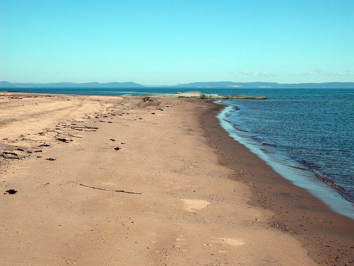 La plage de l'Île Verte dans le Bas-Saint-Laurent fait partie des plus belles plages du Québec.
