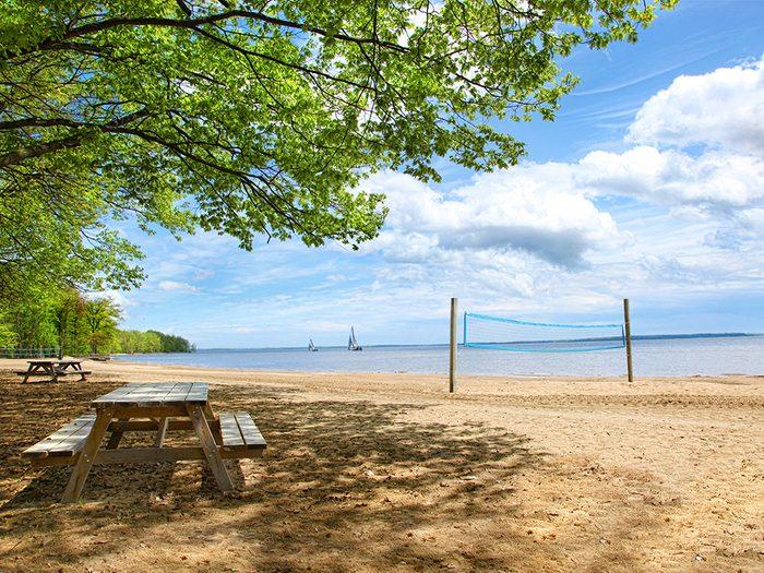 La plage d'Oka dans les Laurentides fait partie des plus belles plages du Québec.