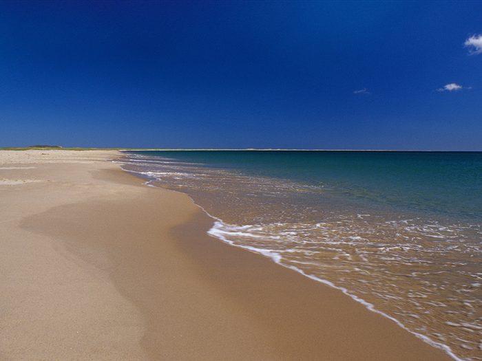 La plage de la Grande Échouerie aux Îles-de-la-Madeleine est l'une des plus belles plages du Québec.
