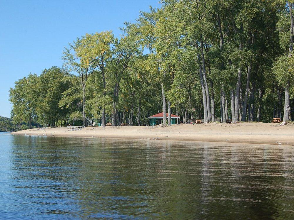 La plage du Parc de l'île St-Quentin à Trois-Rivières fait partie des plus belles plages du Québec.