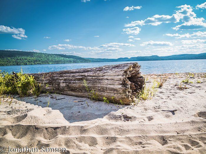 La plage du lac Simon en Outaouais fait partis des plus belles plages du Québec.