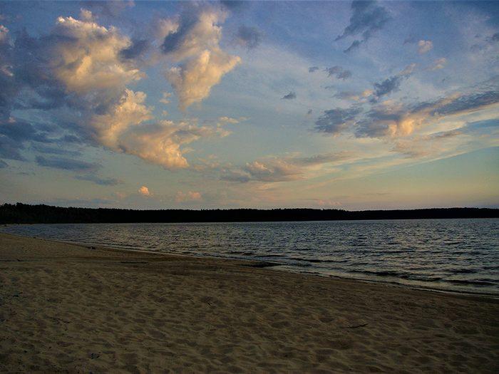 La plage du Camping du Lac Matagami à la Baie James fait partie des plus belles plages du Québec.