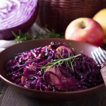 Recette facile de chou rouge braisé aux pommes et saucisses