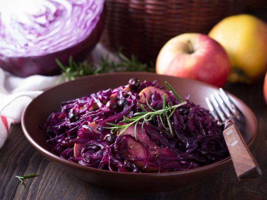 Recettes avec des pommes: essayez la recette de chou braisé et saucisses.