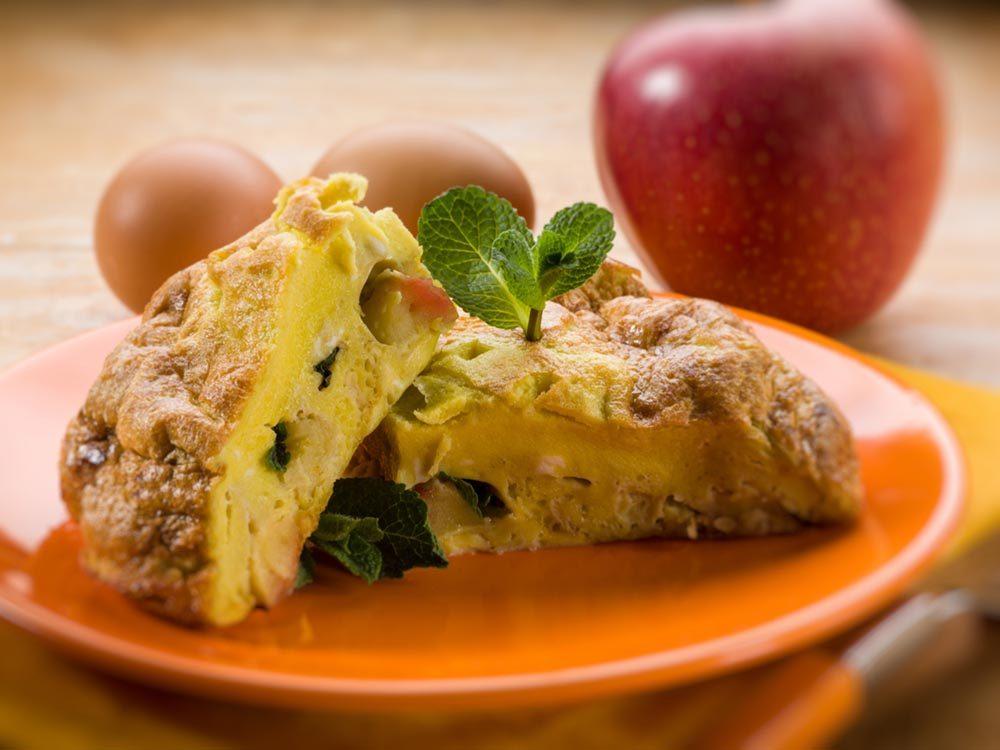 Recettes avec des pommes: faites une omelettes au fromage et aux pommes.