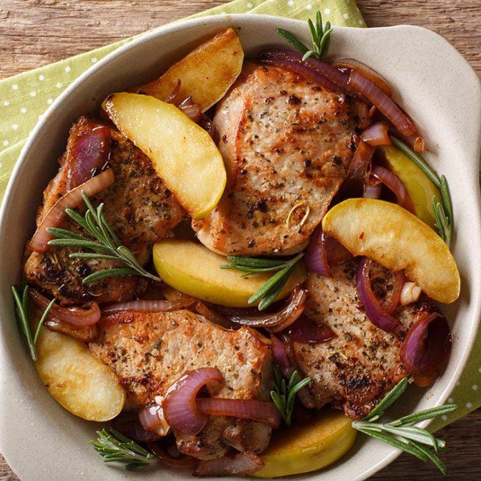 Côtelettes de porc aux pommes et fruits séchés