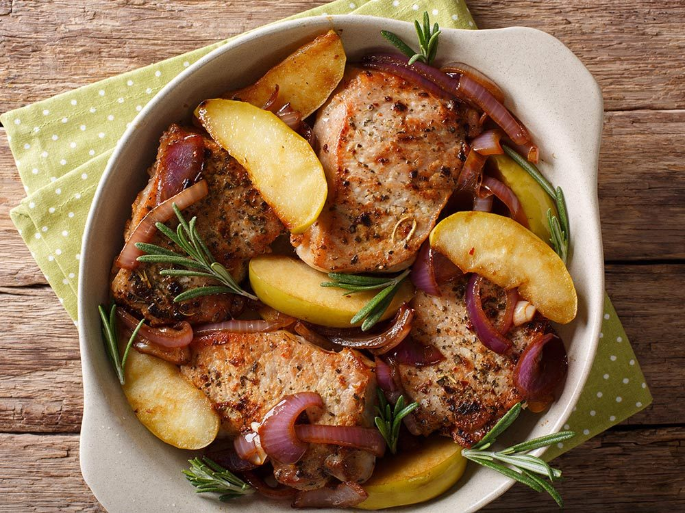 Recettes avec des pommes: essayez les côtelettes de porc aux pommes et fruits séchés.