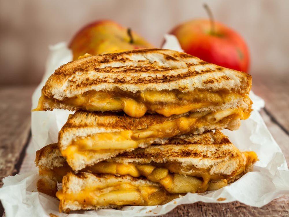 Recettes avec des pommes: tartine au fromage.