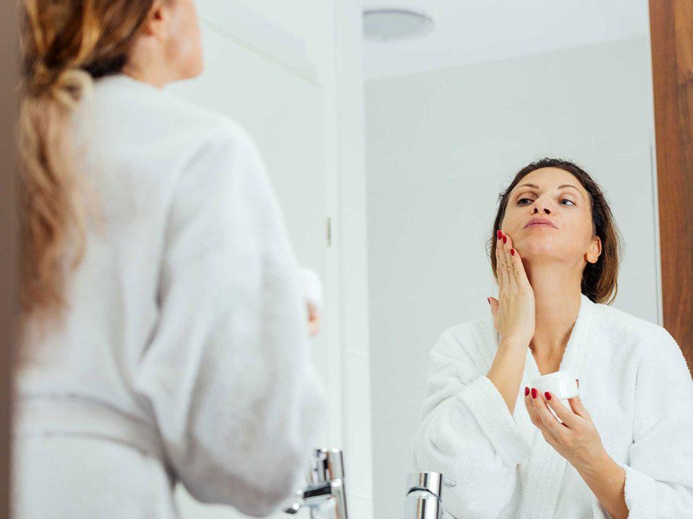 Utilisez des crèmes pour prévenir l'apparition des rides autour de la bouche.