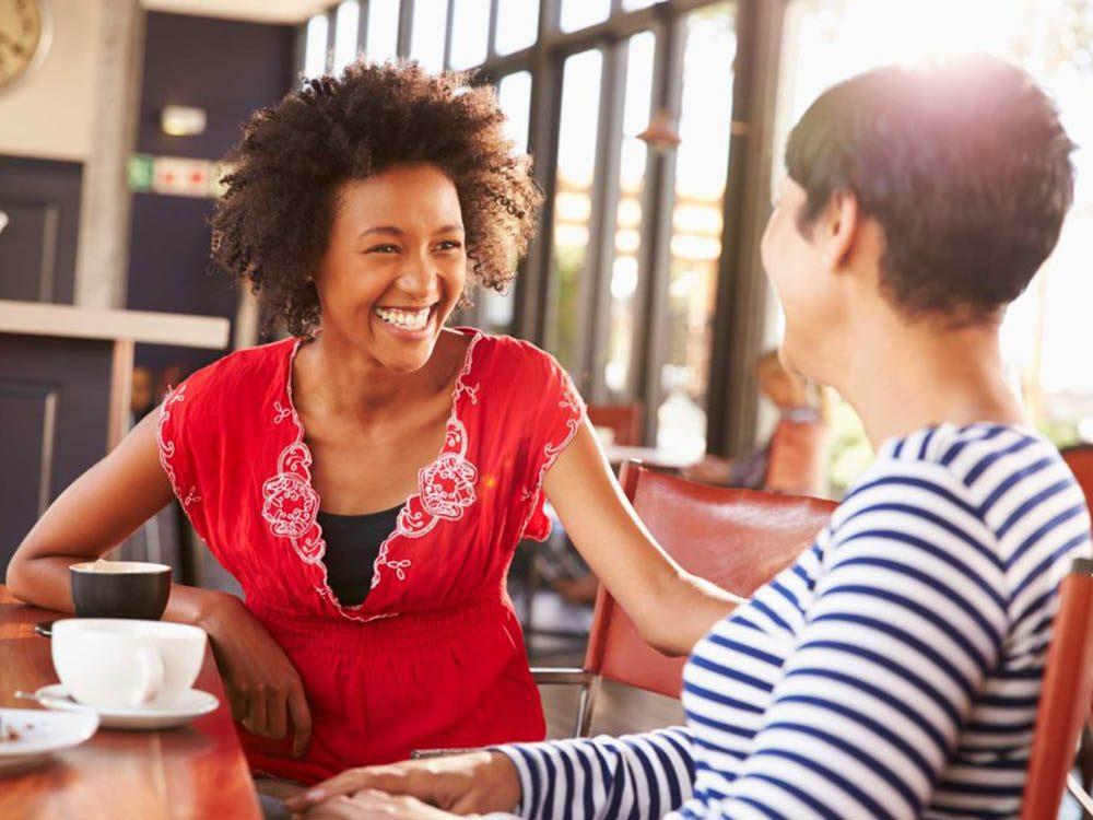 Pour avoir plus d'aisance en société, apprenez à écouter attentivement les autres.