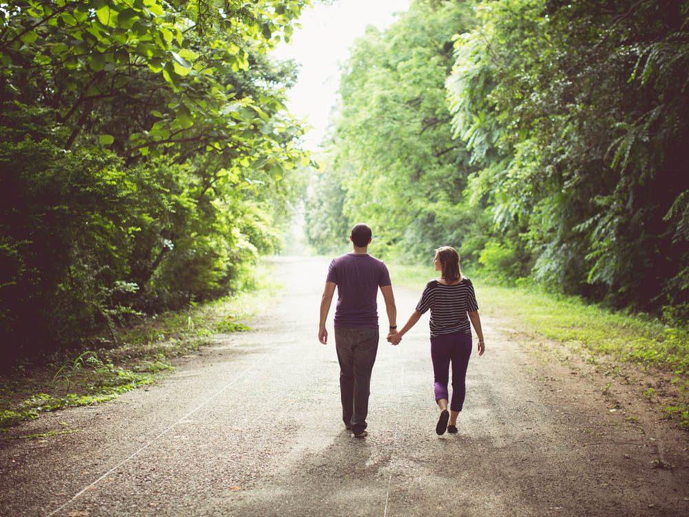 Profitez des bienfaits des terpènes en faisant une randonnée dans une forêt de conifères.