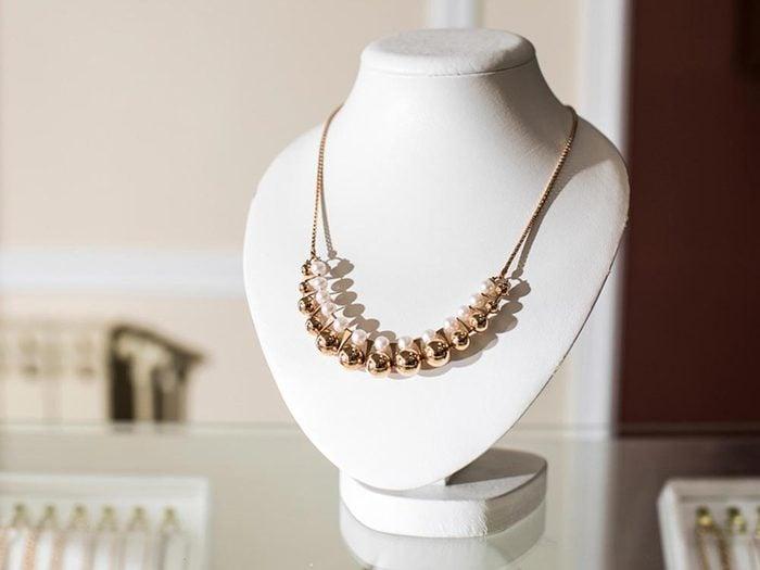Ce qui peut vous vieillir: des bijoux trop clinquants.