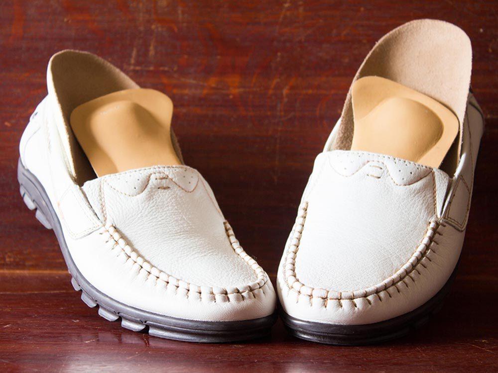 Ce qui peut vous vieillir: porter des chaussures orthopédiques.