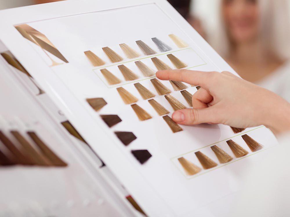 Ce qui peut vous vieillir: une couleur de cheveux qui jure avec le teint.