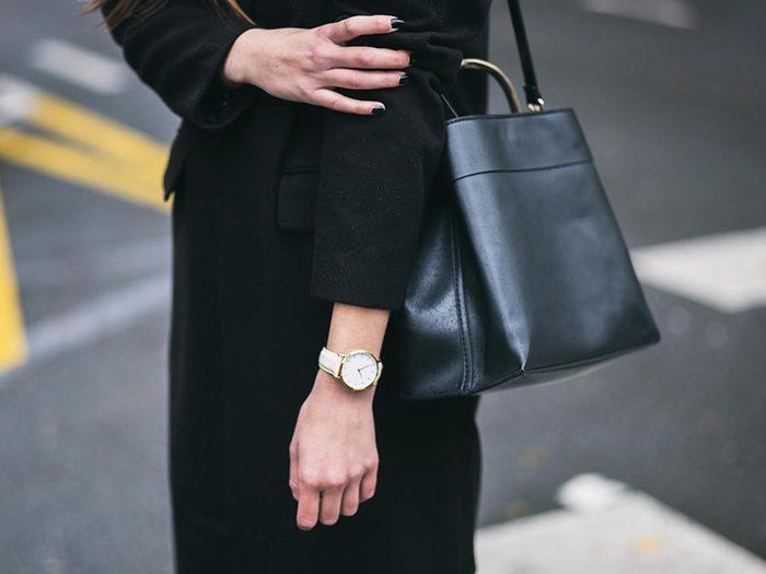 Ce qui peut vous vieillir: ne porter que des couleurs sombres.
