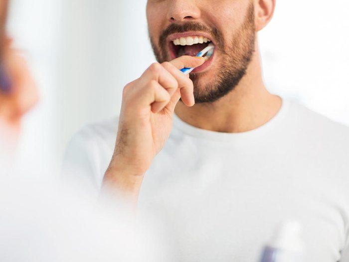 Ce qui peut vous vieillir: avoir les dents jaunes.