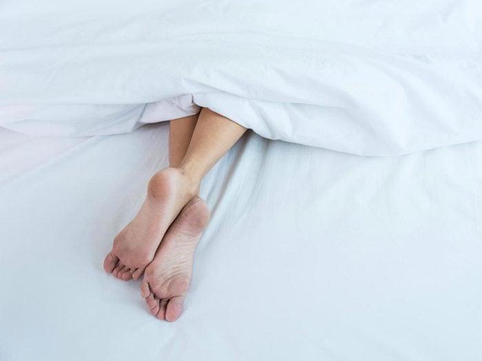Ce qui peut vous vieillir: dormir sur le ventre.
