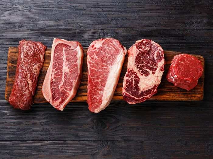 Ce qui peut vous vieillir: consommer des aliments susceptibles de causer de l'inflammation.