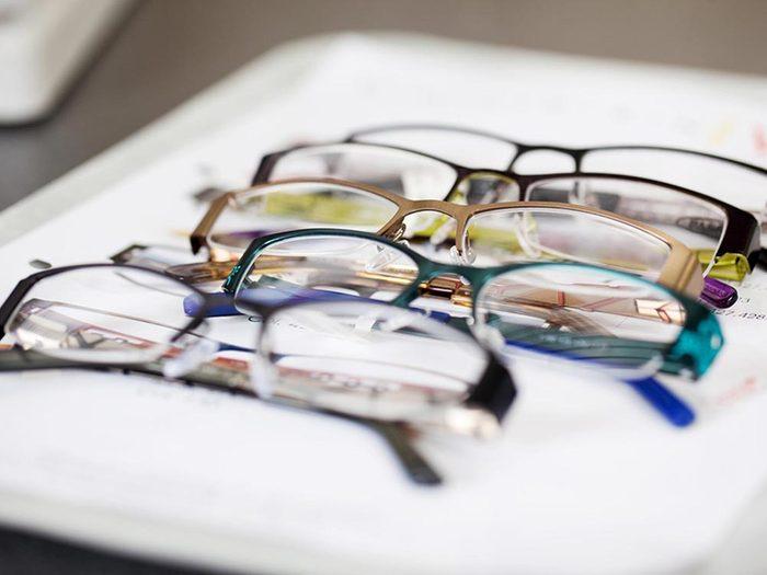 Ce qui peut vous vieillir: acheter vos lunettes de lecture en pharmacie.