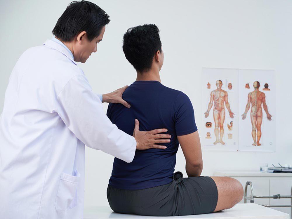 Ce qui peut vous vieillir: ne pas avoir une bonne posture.
