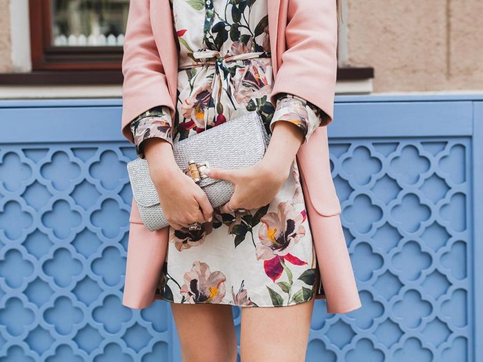Ce qui peut vous vieillir: porter des motifs floraux.