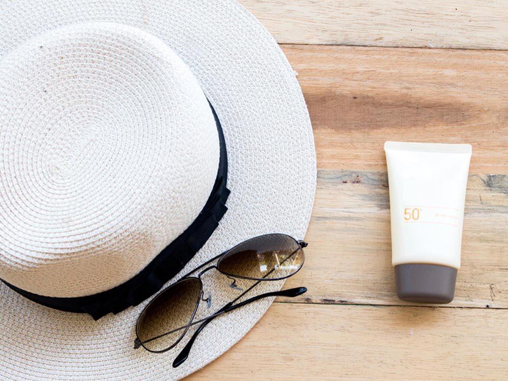 Ce qui peut vous vieillir: négliger votre peau en général.