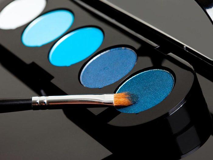 Ce qui peut vous vieillir: l'ombre à paupières bleue.