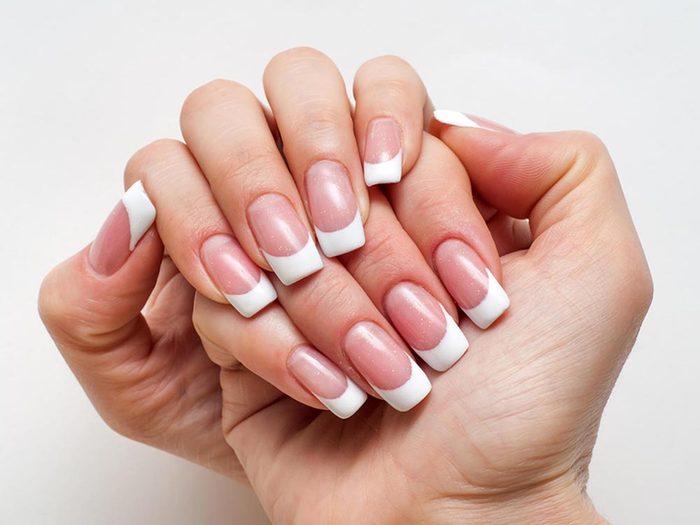 Ce qui peut vous vieillir: tailler vos ongles au carré.