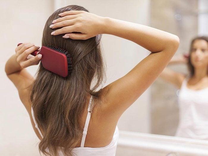 Ce qui peut vous vieillir: mal séparer vos cheveux