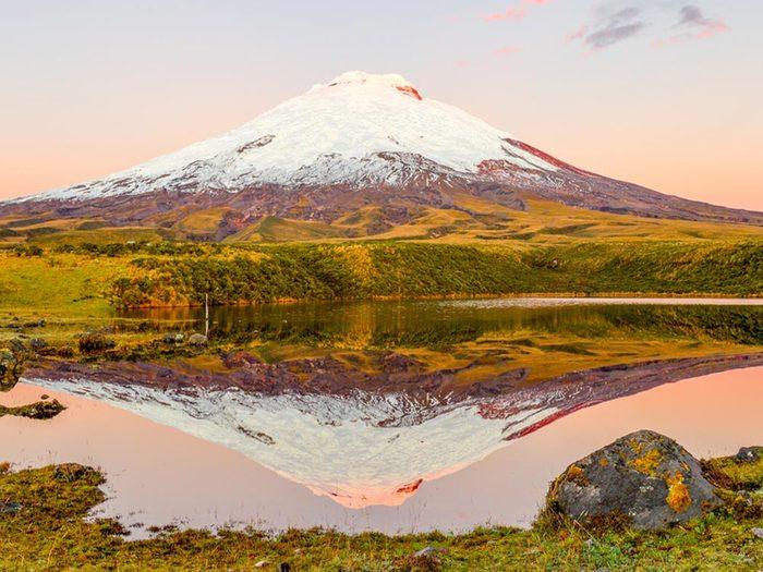 Visitez un volcan en activité en Équateur.