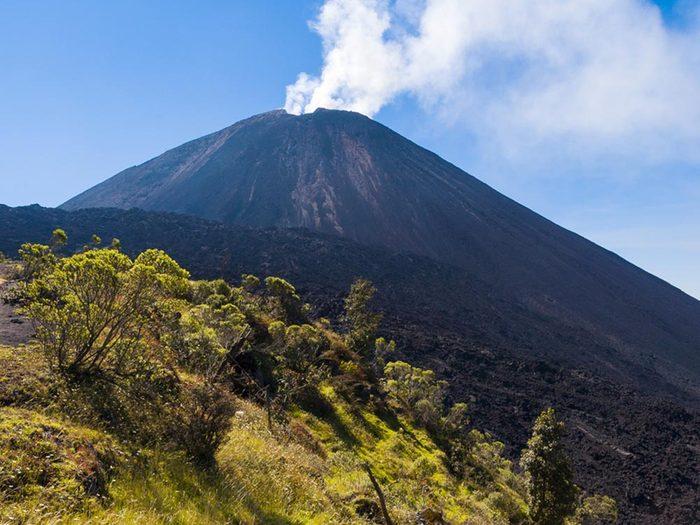 Visitez un volcan en activité au Guatemala.
