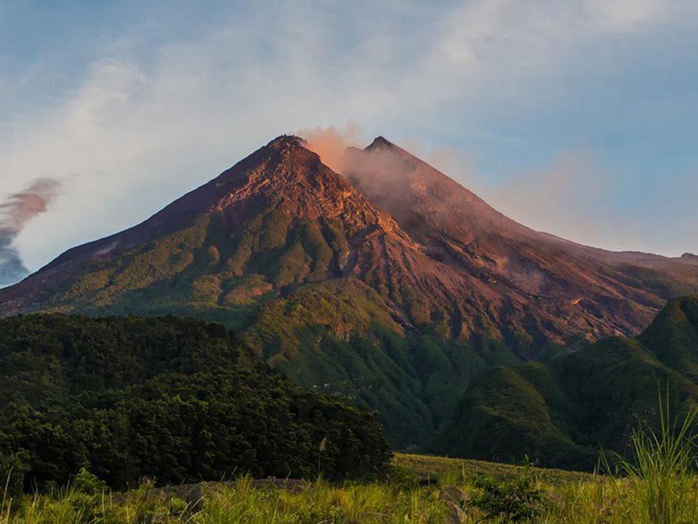 Visitez un volcan en activité en Indonésie.