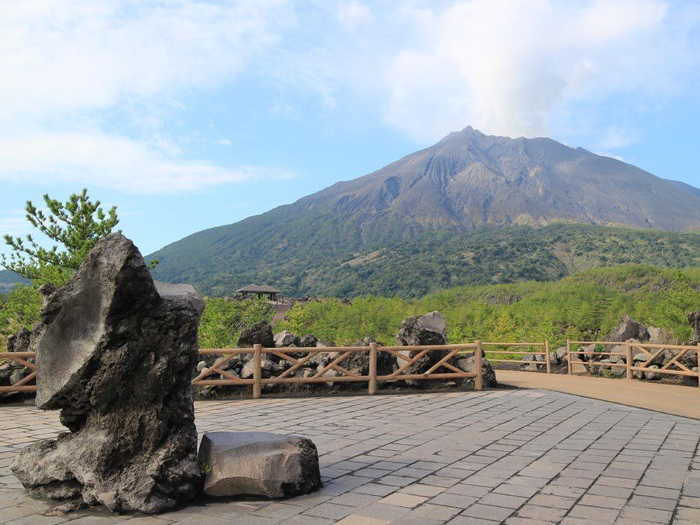 Visitez un volcan en activité au Japon.