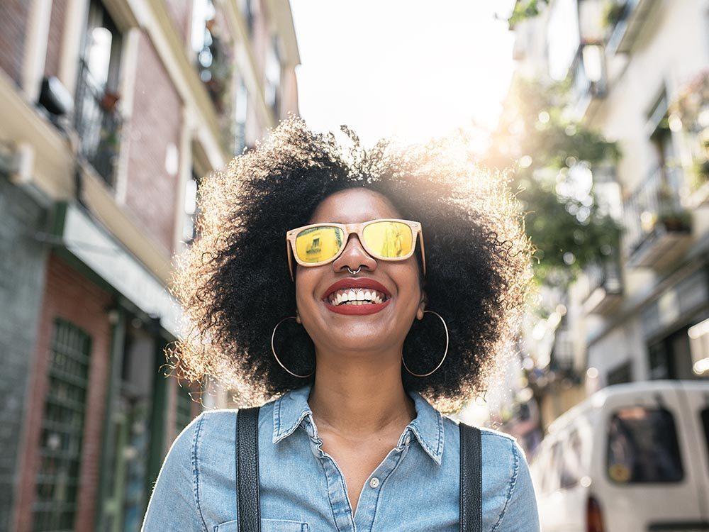Pour protéger vos yeux, portez des lunettes de soleil avec une bonne protection aux UV.