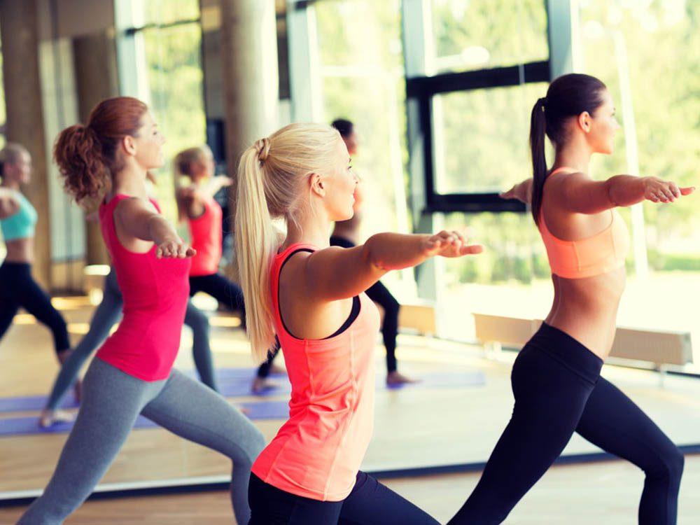 Le yoga chaud ne convient pas à tout le monde. Consulter un médecin au besoin.