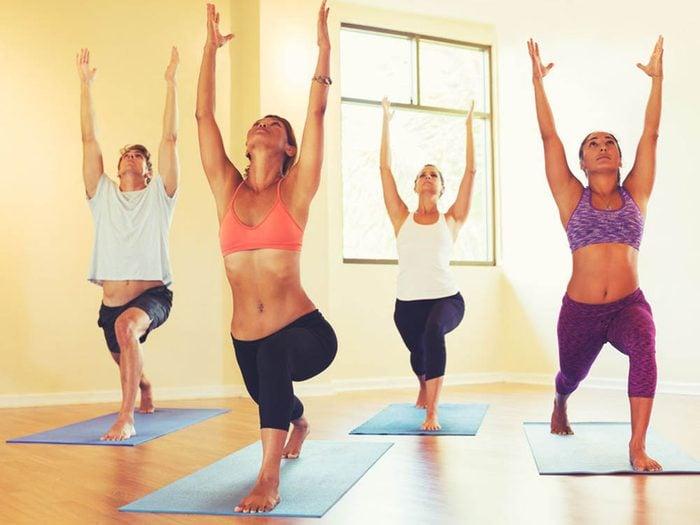 Éviter de boire beaucoup d'eau d'un seul coup avant une séance de yoga chaud.