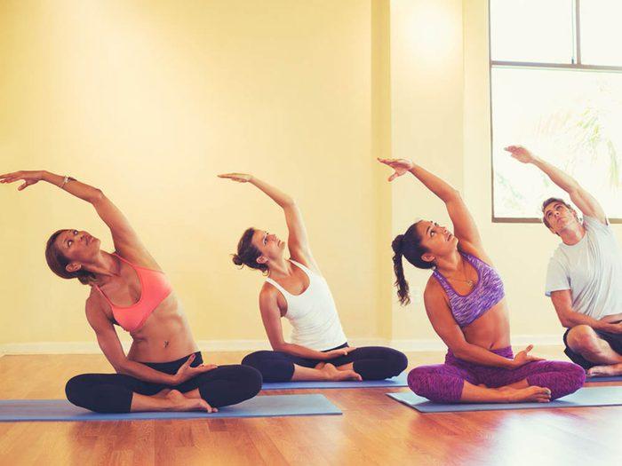 Éviter certaines erreurs courantes avant de faire du yoga chaud.