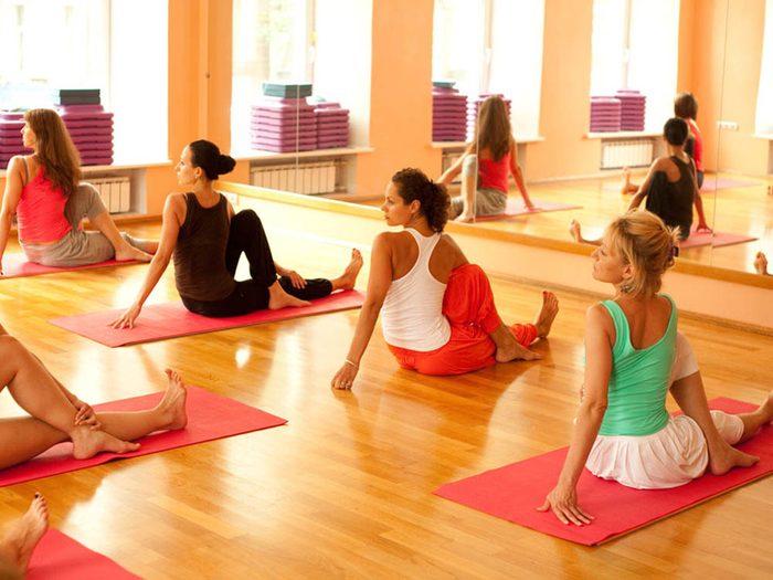 Éviter de trop manger avant une séance de yoga chaud.