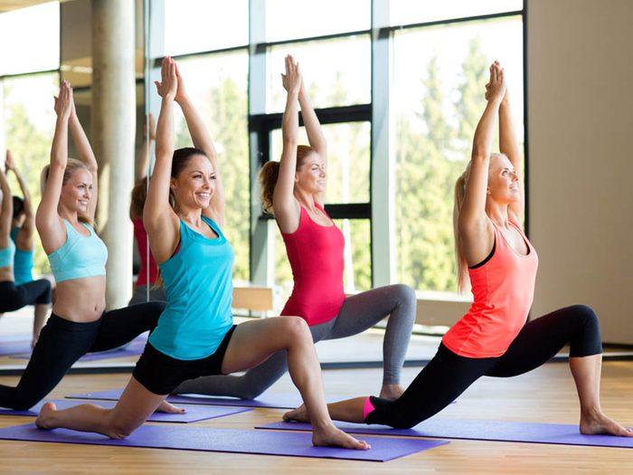 Portez des vêtements confortables pour vos séances de yoga chaud.