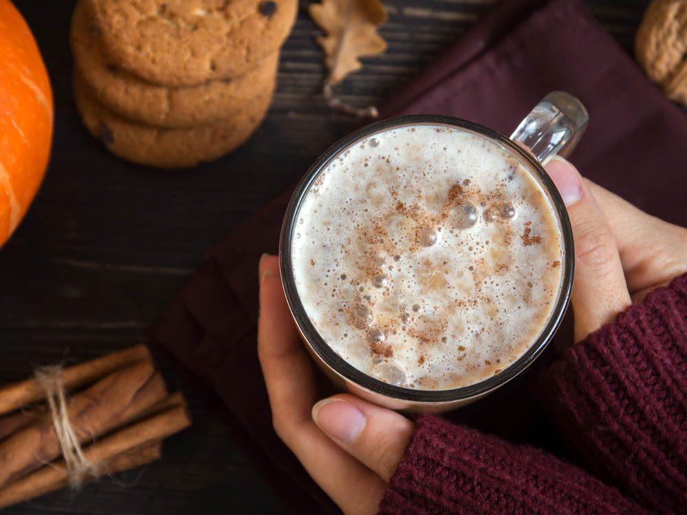 En automne, sirotez un latte à la citrouille.