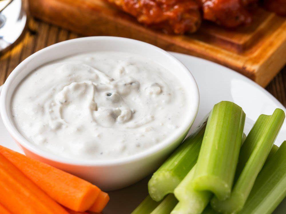 Les condiments comme la vinaigrette au fromage bleu sont à bannir.