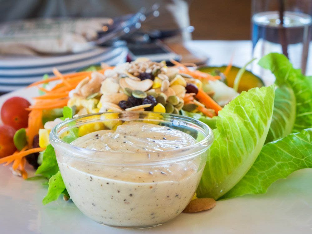 Remplacez les condiments comme la vinaigrette ranch par un aliment plus sain.