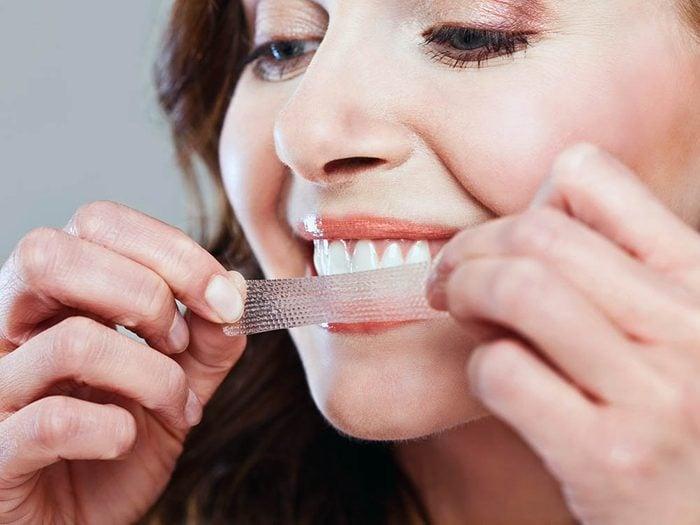 Un blanchiment fait par un dentiste n'abîme pas les dents.