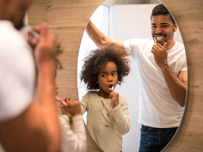 Les dentistes recommandent de se brosser les dents rapidement après avoir consommé une boisson sucrée.