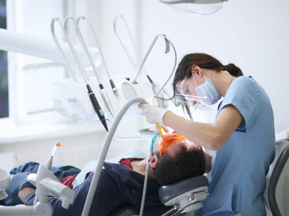 Seul les dentistes peuvent effectuer un détartrage.