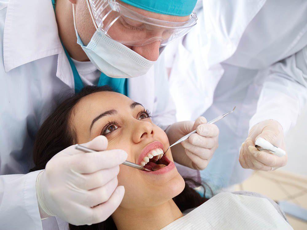 Les dentistes recommandent une visite par an.