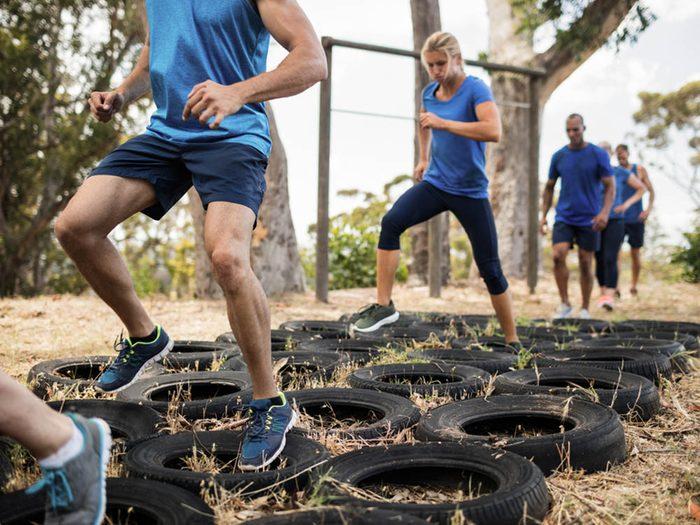 Idée d'entraînement: faites une course à obstacles.