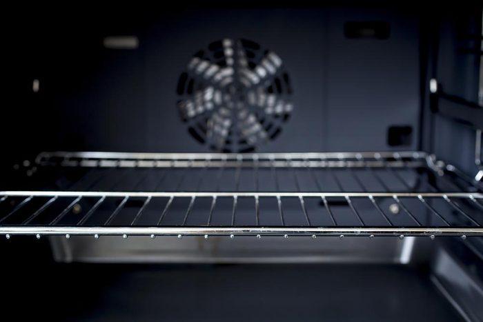Les grilles de votre four ne sont pas conçues pour résister au mode autonettoyant.